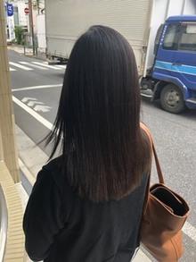 梅雨時期の髪のチリチリに悩むお客様。弱酸性縮毛矯正で解消