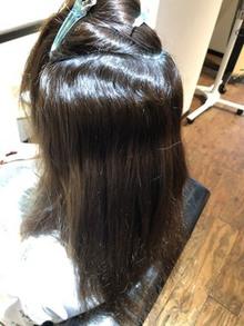 左右非対称のくせ毛に縮毛矯正。左側だけうねりが強いゲスト様
